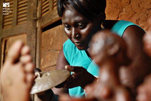 Mujer artesana de Ediungou Senegal